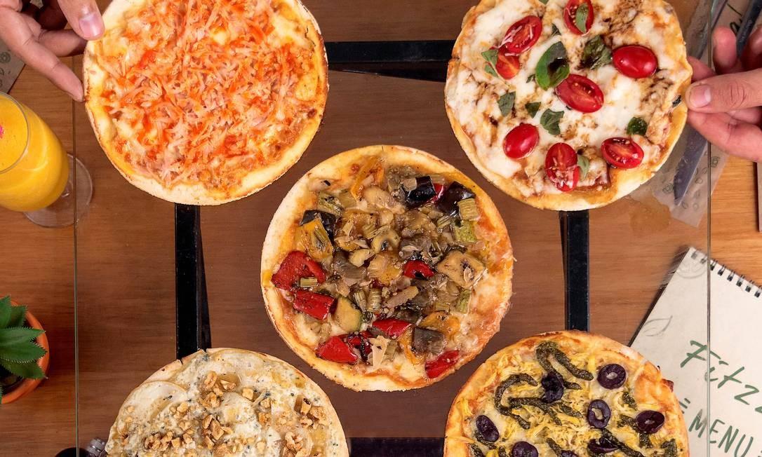 A pizzaria Fitzza montou o combo Tô na Dúvida (R$ 85), com cinco brotinhos que podem ser de sabores variados. Delivery pelos telefones 3649-4929 e 97615-9567 Foto: Divulgação
