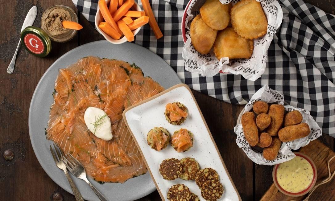 No Guimas (2259-7996), há um kit (R$120) para pequenas celebrações com porção de croquete de carne e pastel, entre outros. Delivery nos apps de entrega Rappi, iFood, UberEats ou Goomer Foto: Rodrigo Azevedo / Divulgação