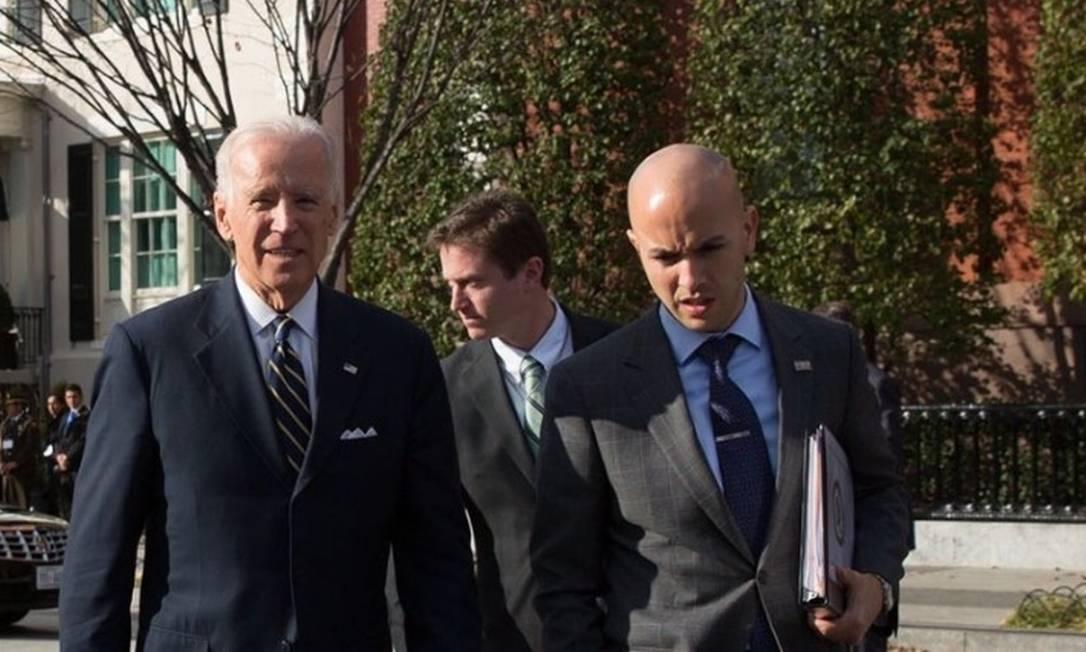 O presidente eleito dos EUA, Joe Biden, e Juan Gonzales, indicado para assumir como diretor sênior para o Hemisfério Ocidental no Conselho de Segurança Nacional Foto: Reprodução/redes