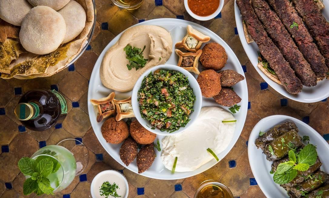 O Amir sugere o Combinado Amir, com porções da culinária tradicional árabe (R$205). Delivery por telefone (2275-5596/2275-4488) ou iFood Foto: Tomás Rangel / Divulgação