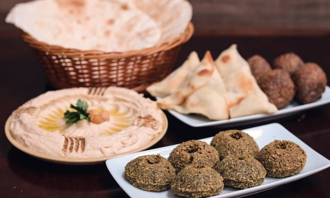 O Elias (3563-1008) criou diferentes combos com clássicos da comida árabe que podem ser pedidos via iFood, como o minicombinado de petiscos (R$ 65), com miniesfirras, miniquibes, falafel, 2 pães e pasta Foto: Luca Vila Nova / Divulgação