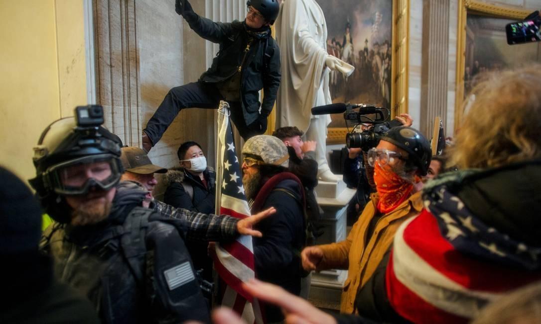 Manifestantes pró-Trump invadem o Capitólio dos EUA para contestar a certificação dos resultados das eleições presidenciais pelo Congresso Foto: AHMED GABER / REUTERS/06-01-2021