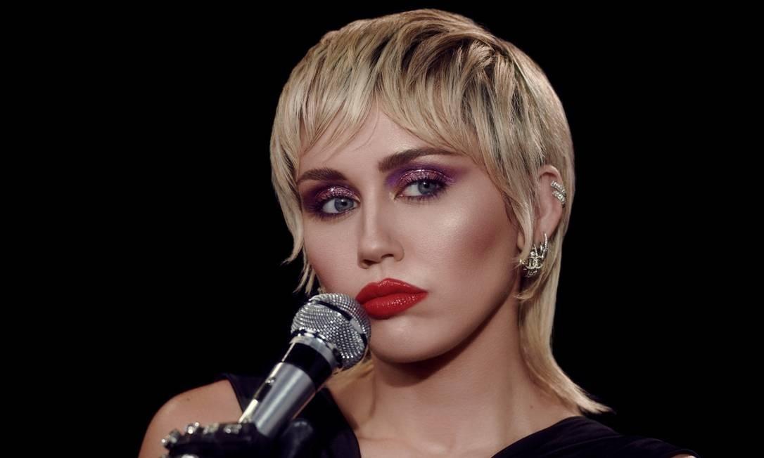 """PRESENTE: Miley Cyrus, em sua vibe Debbie Harry no álbum """"Plastic Hearts"""", ostenta fios mais curtos na frente e longos atrás, num mullet versão século XXI Foto: Divulgação"""