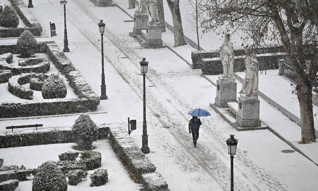 Homem caminha na neve ao longo dos jardins Sabatini fora do Palácio Real, em Madrid. A tempestade Filomena que atinge a Espanha pode cobrir até metade do país, causando baixas recordes de temperatura Foto: GABRIEL BOUYS / AFP