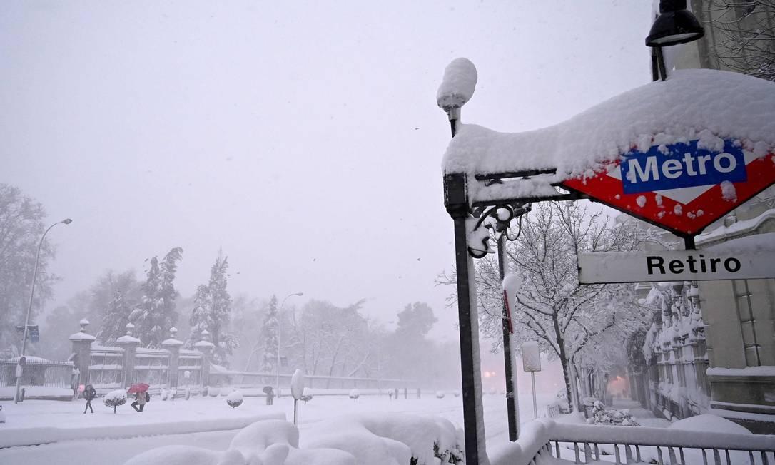 Descida para estação do metrô do Retiro, em Madri, aparece coberta pela neve Foto: GABRIEL BOUYS / AFP