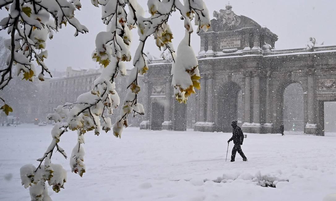 Homem passa pela Puerta de Alcala, em Madrid Foto: GABRIEL BOUYS / AFP
