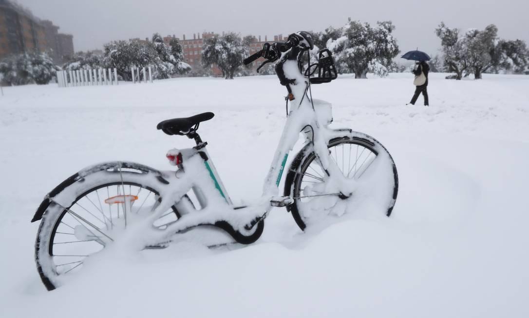 Bicicleta aparece totalmente coberta por neve Foto: SERGIO PEREZ / REUTERS