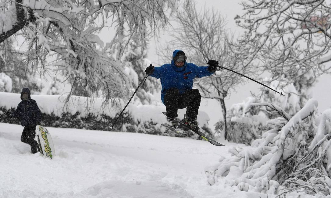 Homem salta de esqui em meio a uma forte nevasca em Madrid Foto: PIERRE-PHILIPPE MARCOU / AFP