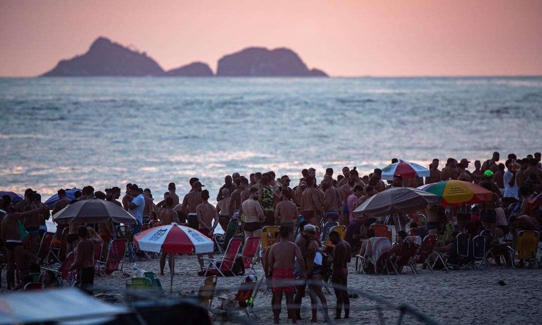 Aglomeração em festa informal na praia de Ipanema Foto: Hermes de Paula / Agencia O Glob / Agência O Globo