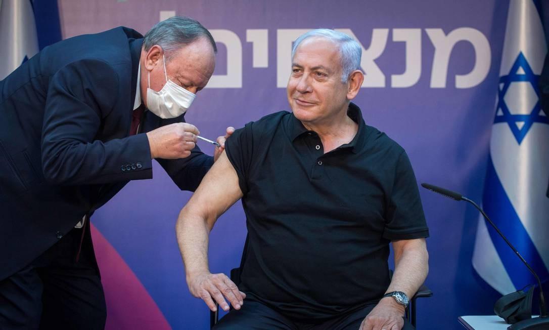 O primeiro-ministro israelense, Benjamin Netanyahu, recebe a segunda dose da vacina contra o coronavírus, no Sheba Medical Center em Ramat Gan, próximo à cidade costeira de Tel Aviv Foto: MIRIAM ALSTER / AFP