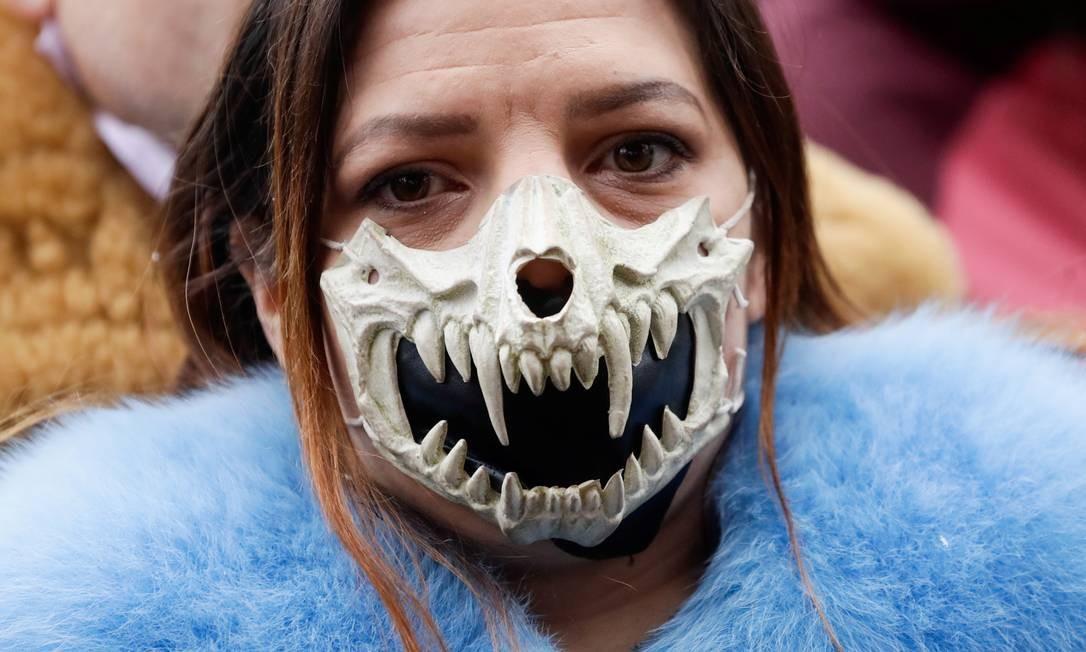 Manifestante usa máscara durante protesto contra as restrições do governo tcheco, na Praça da Cidade Velha, em Praga, República Tcheca, enquanto a propagação do coronavírus continua Foto: DAVID W CERNY / REUTERS