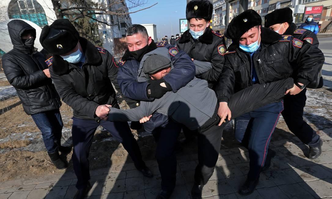 Um manifestante é levado por policiais durante um comício realizado por apoiadores da oposição no dia da eleição parlamentar em Almaty, Cazaquistão, 10 de janeiro de 2021. REUTERS / Pavel Mikheyev TPX IMAGENS DO DIA Foto: PAVEL MIKHEYEV / REUTERS