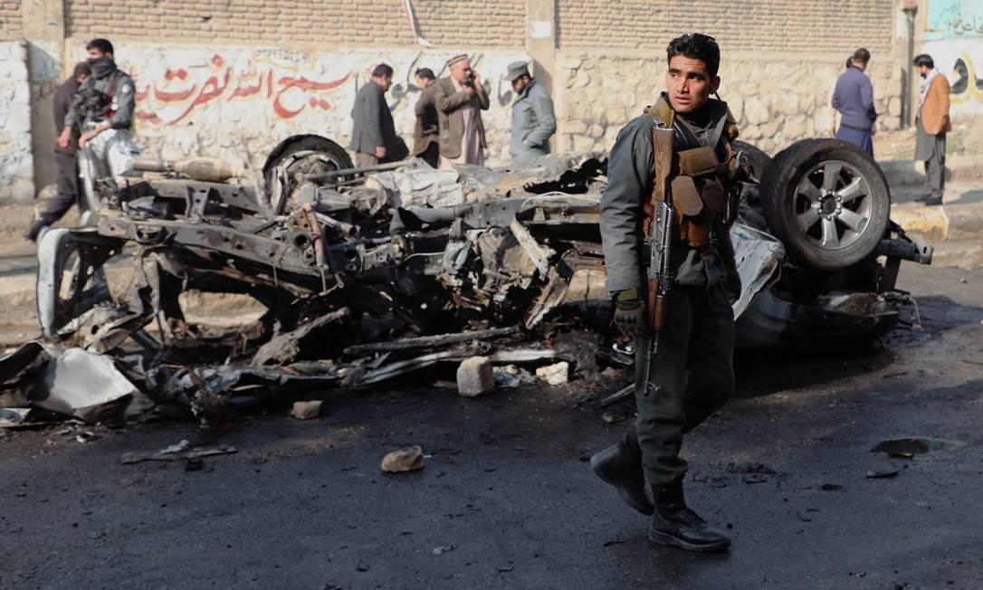 Um policial afegão vigia o local da explosão de uma bomba em Cabul, Afeganistão Foto: OMAR SOBHANI / REUTERS