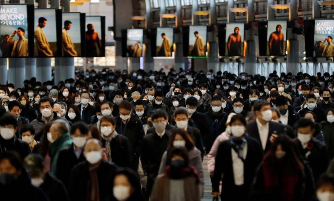 Pessoas usando máscaras de proteção, em meio ao surto de dirigem-se à estação de Shinagawa em Tóquio, no Japão Foto: REUTERS/Kim Kyung-Hoon