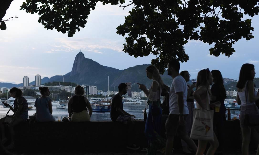Mureta à beira-mar: balcão único para a clientela do tradicional Bar Urca Foto: LUCAS LANDAU/REUTERS / REUTERS