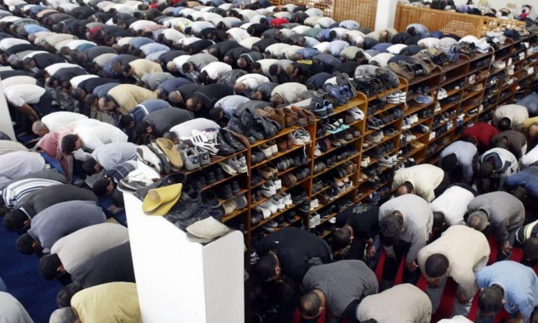 Homens muçulmanos rezam em mesquita da União das Organizações Islâmicas da França em La Courneve, perto de Paris Foto: LUCAS SCHIFRES / BLOOMBERG NEWS / 17-9-04