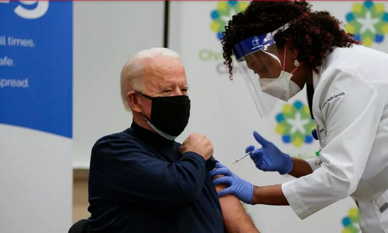 O presidente eleito dos EUA, Joe Biden, recebeu a primeira dose da vacina contra a Covid-19 (foto) em um hospital de Newark, no estado de Delaware Foto: Alex Edelman / AFP - 21/12/2020