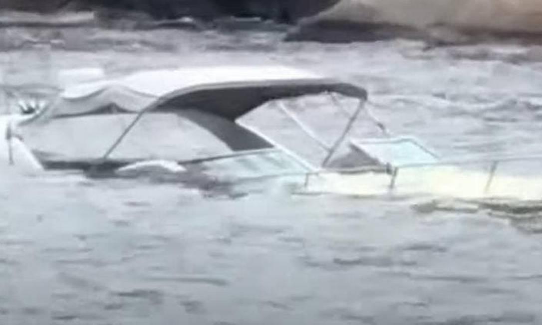 Lancha afundou em Balneário Camboriú (SC) no sábado (9) Foto: Reprodução