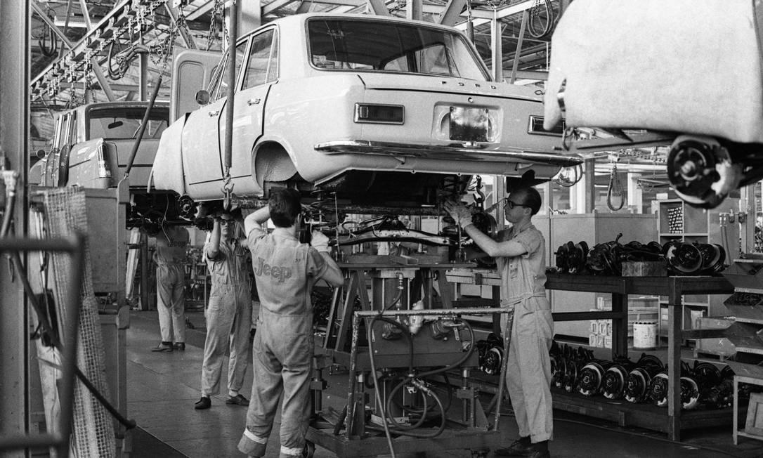 1968 -A Ford comprou a Willys e levou junto o projeto do Corcel, que começou a ser fabricado no fim daquele ano. Nascia um sucesso brasileiro Foto: Arquivo / Agência O Globo - 06/11/1968