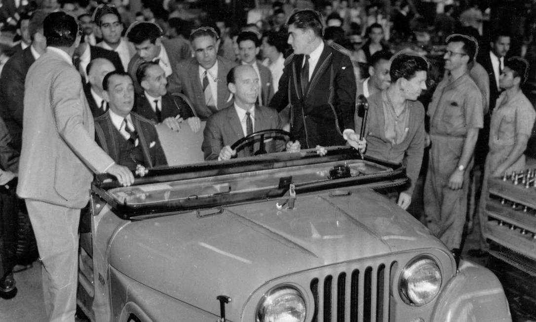 1959 - Em visita à fábrica da Willys-Overland do Brasil, o presidente Juscelino Kubitschek vai de carona em um Jeep CJ-5 nacional Foto: Arquivo / Agência O Globo - 15/10/1959