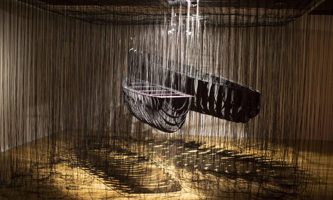 """""""Dois barcos, um destino"""" (2019), instalação que apresenta uma metáfora sobre trajetória e percursos da vida. Foto: Márcia Foletto / Agência O Globo"""