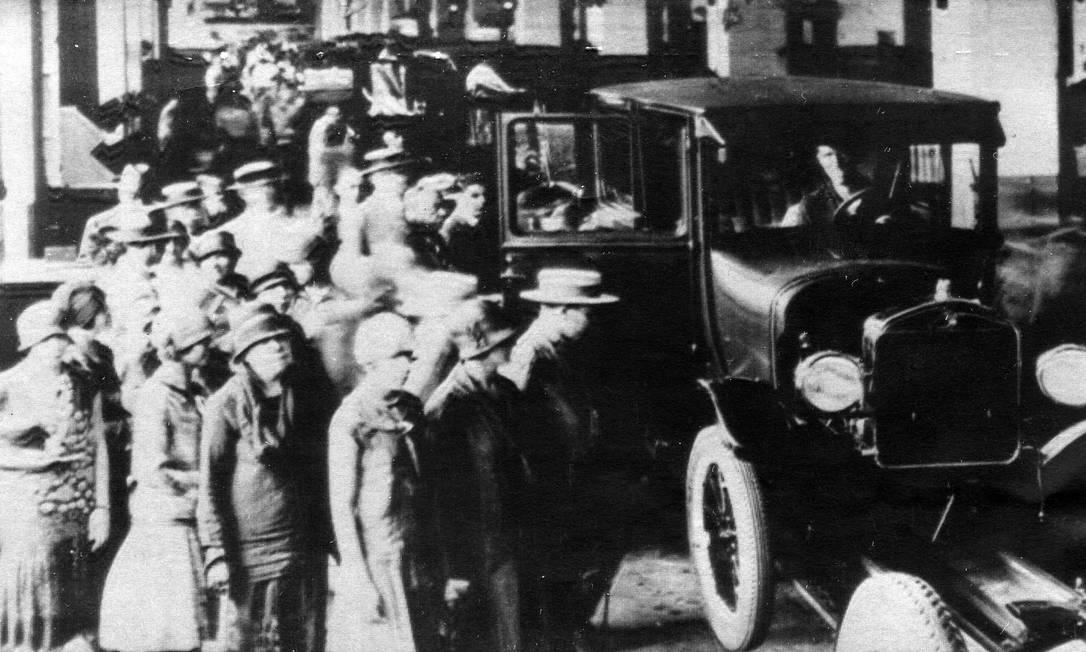 1921 - Linha de montagem do modelo T, em São Paulo. A Ford, em 1921, mudou-se para um edifício próprio, na Rua Solon, 809, no bairro do Bom Retiro, construído para abrigar a primeira linha de montagem de veículos em série do Brasil. Era comum a população visitar a fábrica para ver a produção do veículo Foto: Reprodução