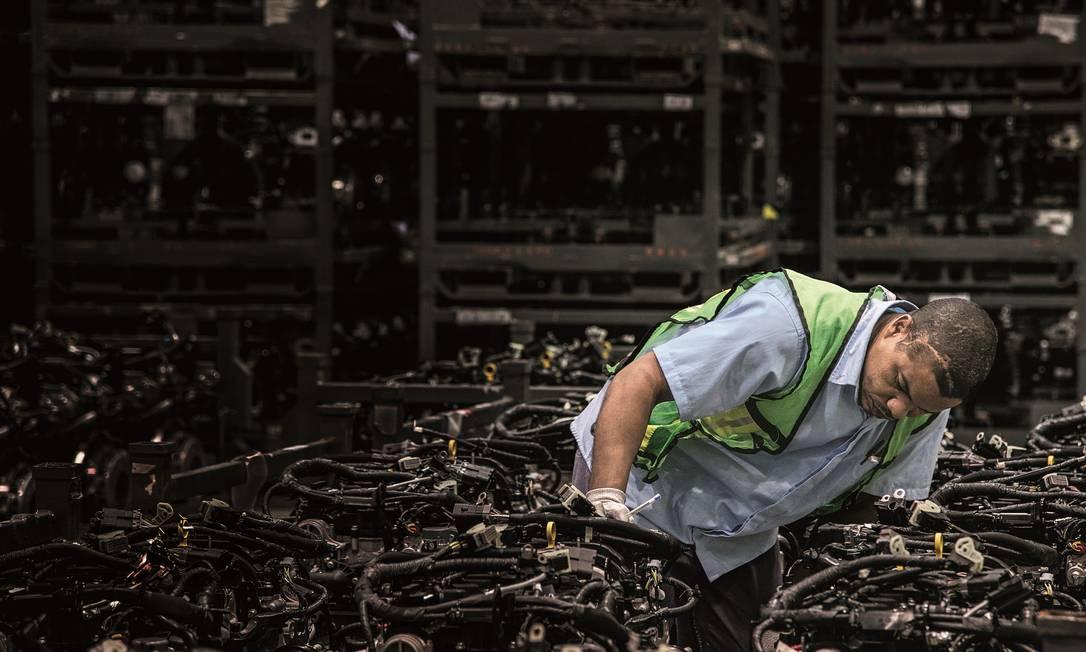 2015 - Funcionário verifica o controle de qualidade e inspeção na fábrica da Ford em Camaçari, Bahia Foto: Paulo Fridman / Corbis via Getty Images - 27/07/2015