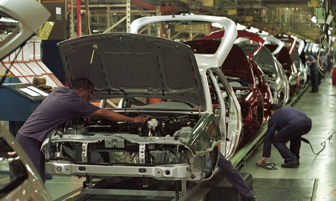 1999 - Funcionários da Ford trabalham na linha de montagem da fábrica de São Bernardo do Campo, em São Paulo Foto: Marie Hippenmeyer / AFP - 03/02/1999
