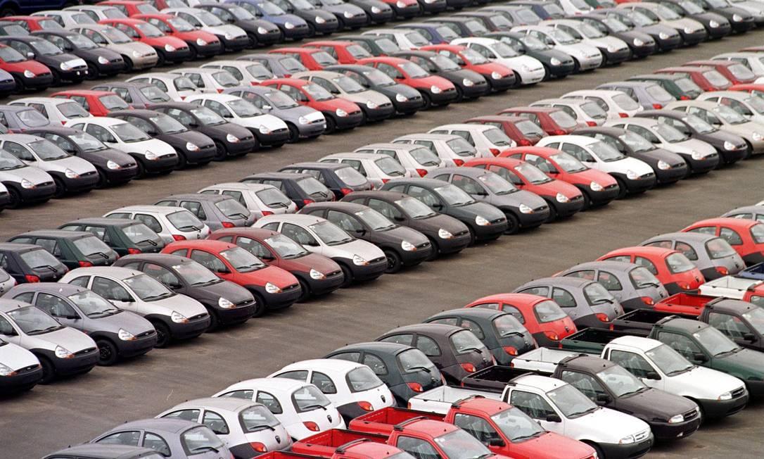 1998. Visão geral de milhares de carros Ford estacionados em um estacionamento no parque industrial de São Bernardo do Campo Foto: Marie Hippenmeyer / AFP - 12/11/1998