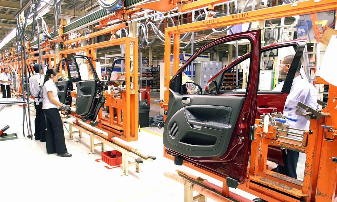 2006 - Operários de empresas parceiras tranalham na montagem de portas de carros, dentro da linha de montagem da Ford, na fábrica de Camaçari, Bahia Foto: Edson Ruiz / Valor - 05/06/2006