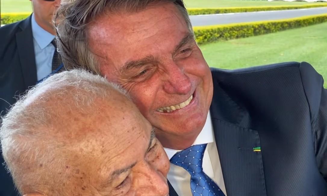 Bolsonaro dá abraço em homem de 92 anos, ambos sem máscara Foto: Reprodução / Youtube