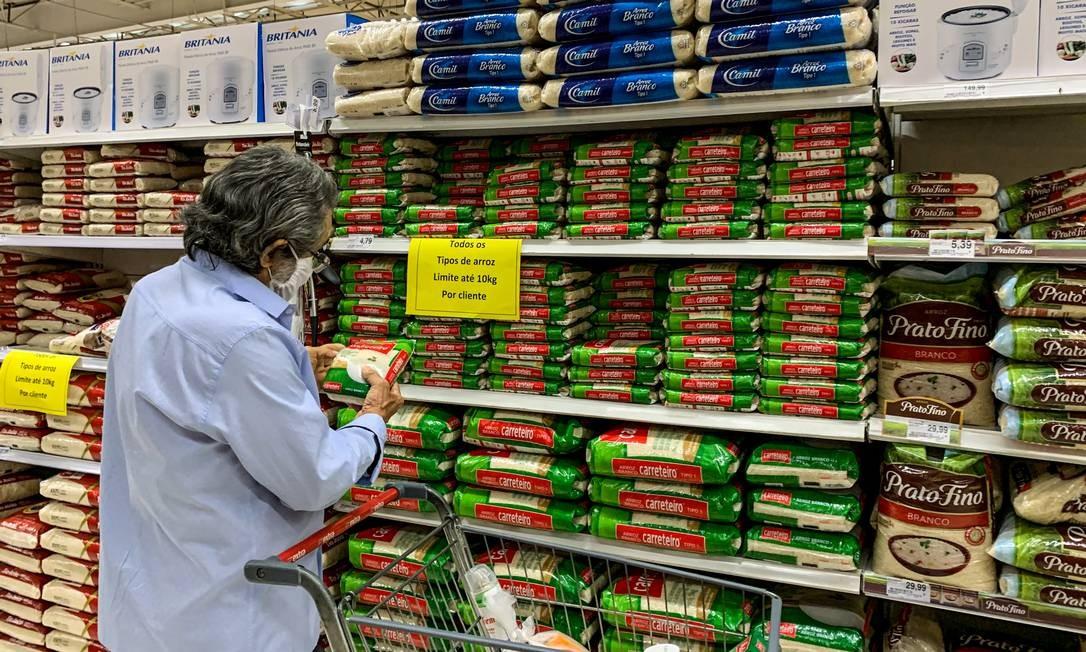 Com a alta demanda por alimentos como arroz e soja, mercados limitaram a quantidade para compra por cliente em 2020 Foto: Brenno Carvalho / Agência O Globo