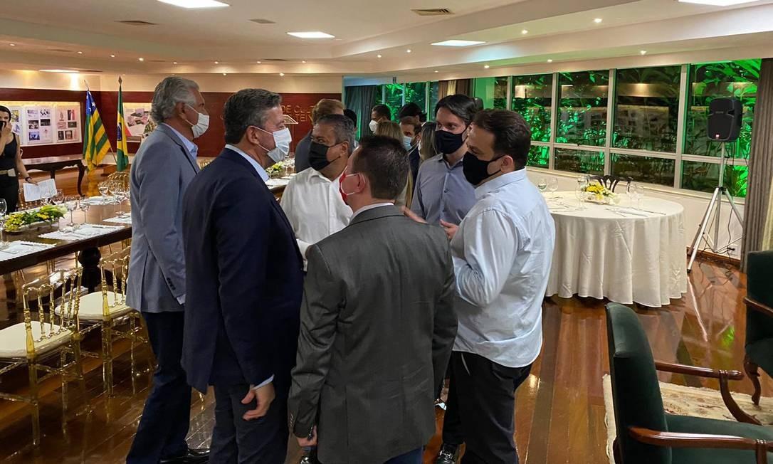 Alexandre Baldy (de camisa cinza, à direita) durante jantar com Arthur Lira (de paletó azul) e o governador Ronaldo Caiado (à esquerda), entre outros parlamentares Foto: Divulgação