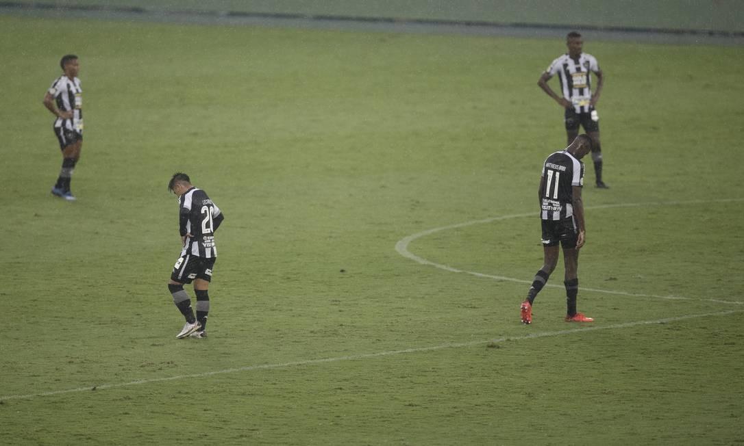 Jogadores abatidos em mais uma derrota do Botafogo no Brasileirão Foto: Alexandre Cassiano / Agência O Globo