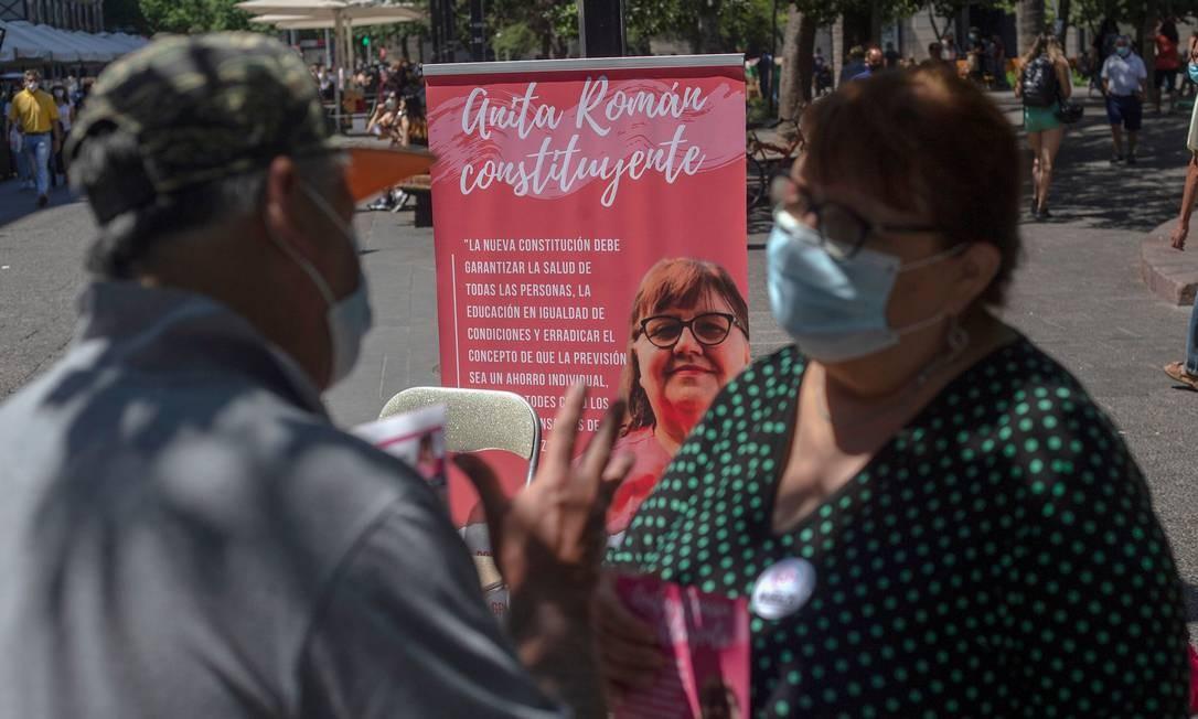 """Presidente do Colégio de Parteiras do Chile, Anita Roman é uma das candidatas da """"Lista do povo"""", que reúne lideranças sociais e pessoas que ficaram conhecidas durante os protestos chilenos, para redigir a nova Constituição Foto: Claudio Reyes / AFP"""