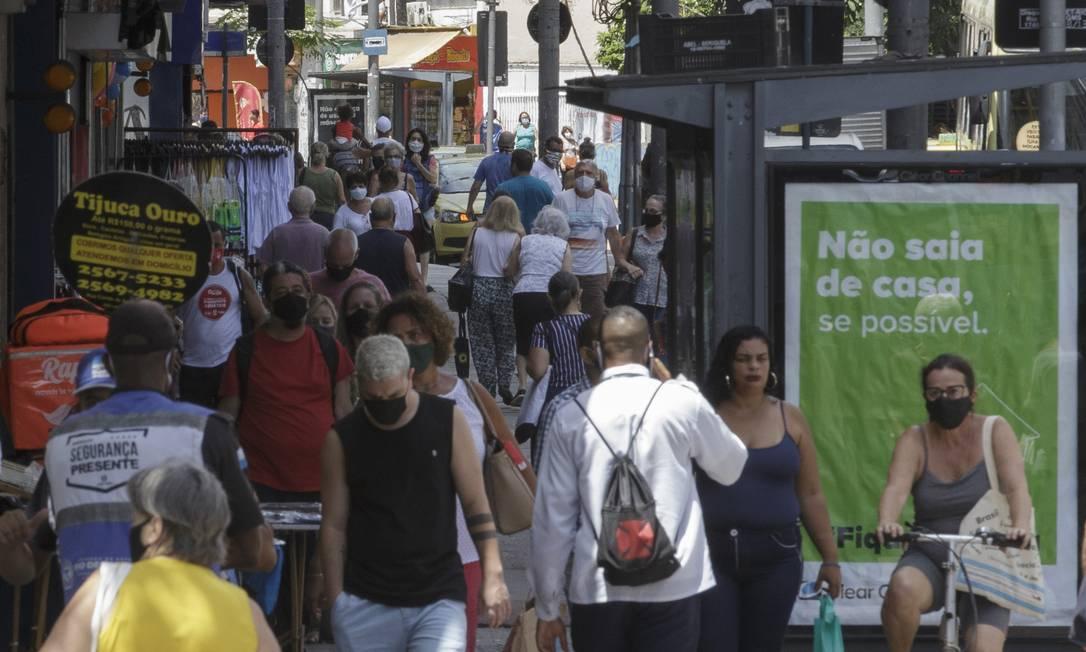 Movimento na Rua Conde de Bomfim, na Tijuca, Rio de Janeiro. O bairro é um dos que está com risco alto de contágio pela Covid-19. Foto: Márcia Foletto / Agência O Globo