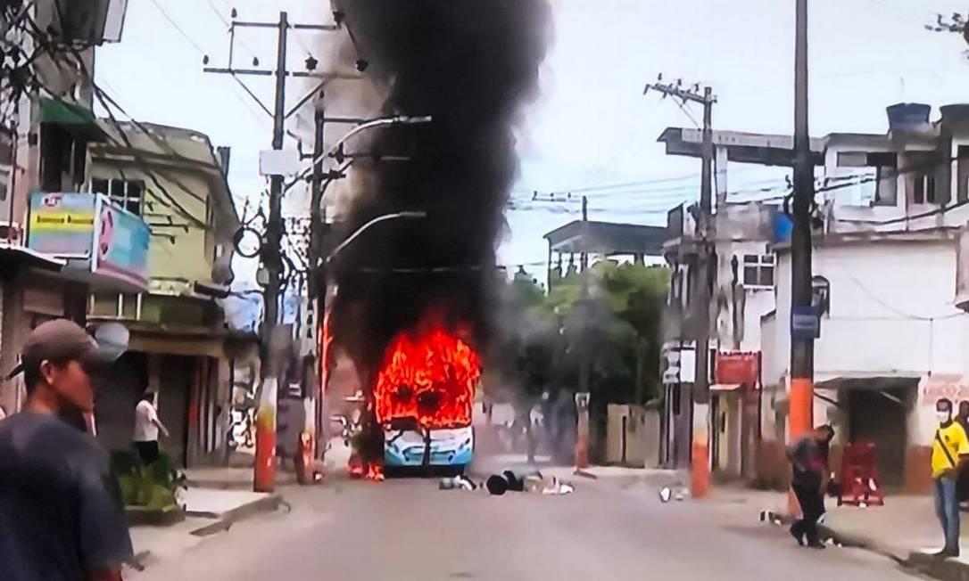 Ônibus é incendiado na rua da Delegacia de Homicídios da Baixada Fluminense como protesto em caso de meninos desaparecidos Foto: TV Globo / Reprodução
