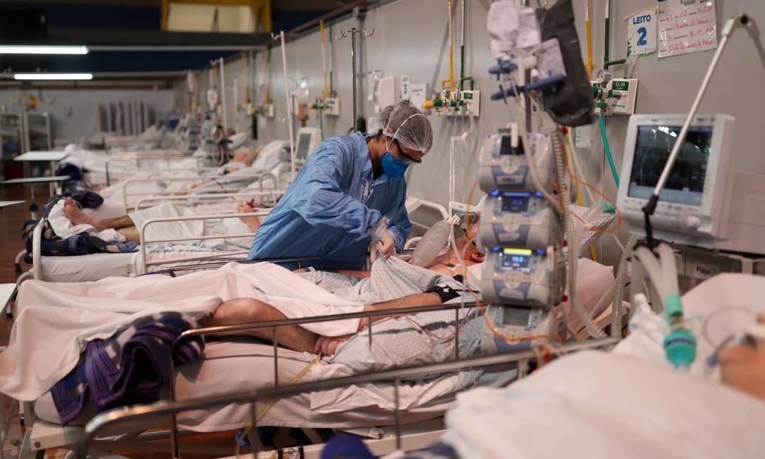 Enfermeira atende pacientes com Covid-19 em hospital de campanha em Santo André, em São Paulo Foto: AMANDA PEROBELLI / REUTERS