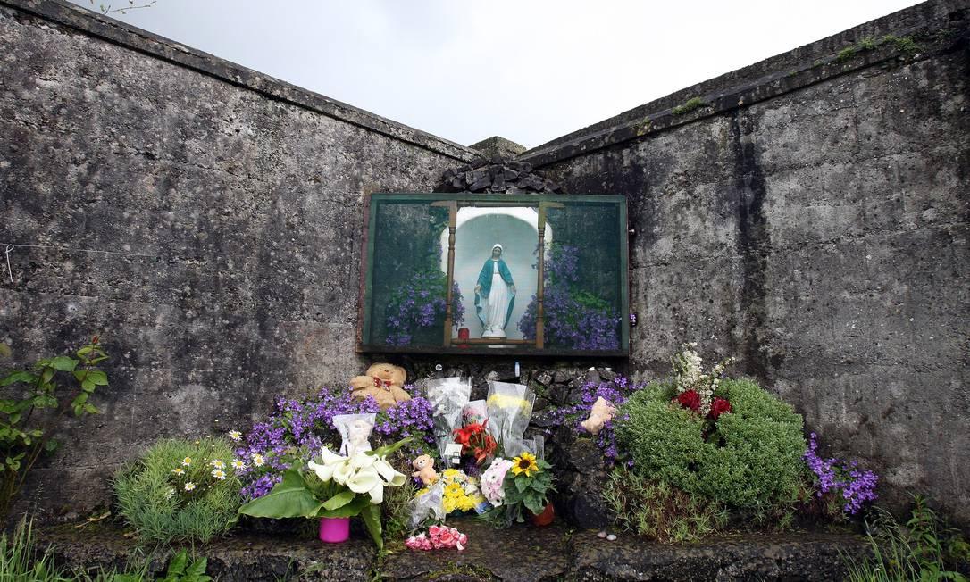 Santuário em Tuam feito em memória das crianças vítimas dos antigos lares para mães solteiras administrados pela Igreja Católica da Irlanda Foto: PAUL FAITH / AFP
