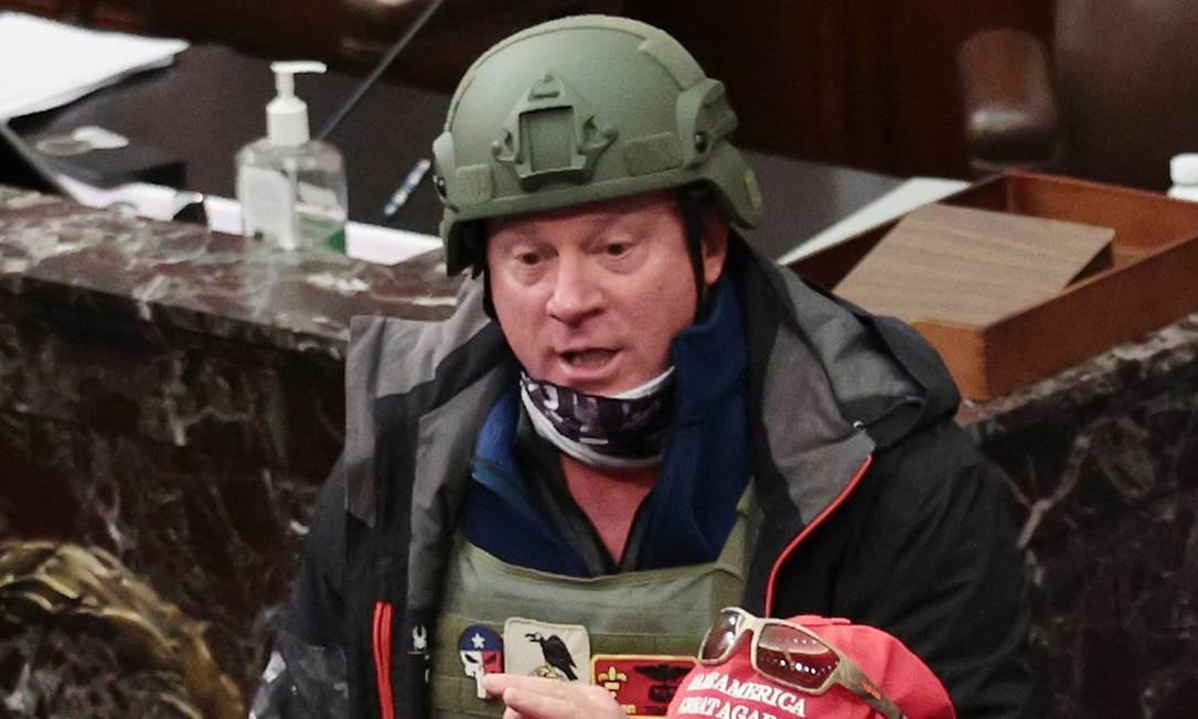 LARRY RENDELL BROCK, de 53 anos, foi preso depois que sua ex-mulher o denunciou ao FBI. Texano, ele se rendeu aos agentes no domingo (10). Brock, que aparece em fotos registradas na Câmara do Senado, usava um capacete verde e um colete à prova de balas. Ele é tenente-coronel aposentado da Força Aérea dos Estados Unidos Foto: Win McNamee /