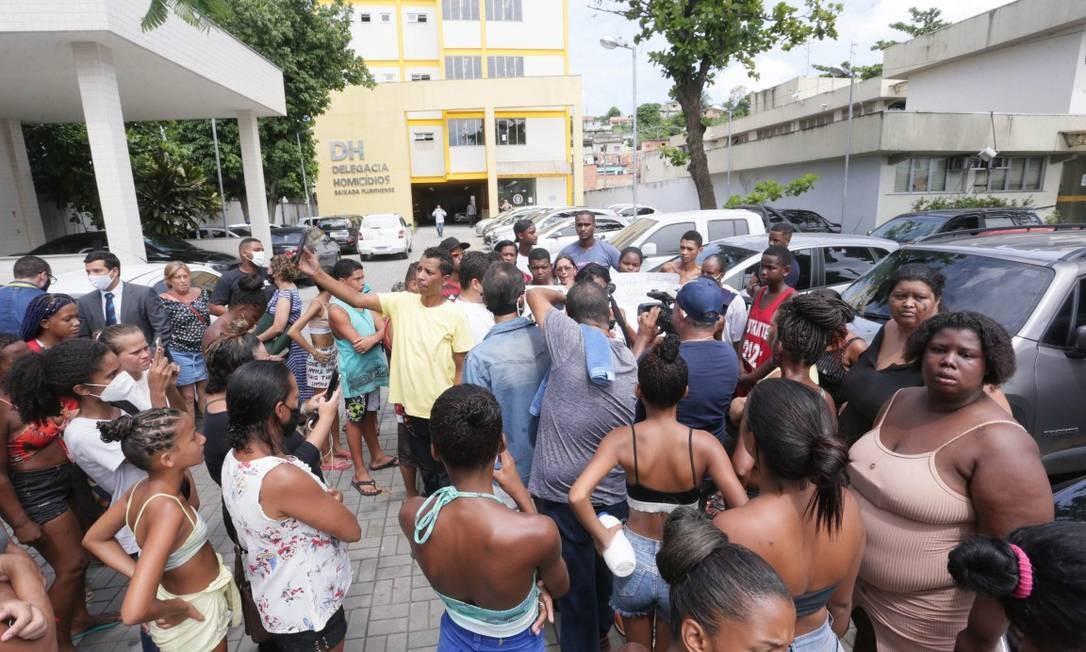 Parentes de meninos desaparecidos e moradores de Belford Roxo cobram respostas para o sumiço das crianças em frente à DHBF Foto: Cléber Júnior / Agência O Globo