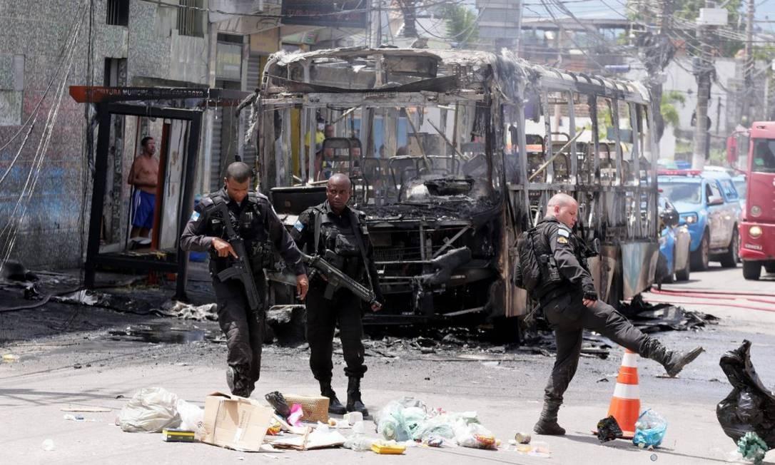 Ônibus foi incendiado por manifestantes que cobraram resposta para o sumiço das crianças em frente à DHBF Foto: Cléber Júnior / Agência O Globo