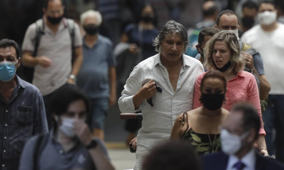 Nas ruas do Rio de Janeiro, algumas pessoas ainda insistem em não usar a máscara, ou não usam corretamente. A imagem mostra a saída das barcas Rio-Niterói, na Praça XV, no Centro, em dezembro de 2020 Foto: Gabriel de Paiva / Agência O Globo