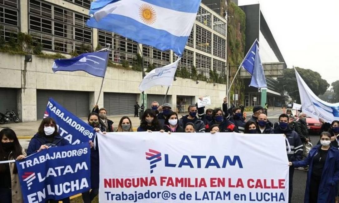 Funcionários da Latam Argentina fizeram protesto em Buenos Aires após a companhia anunciar fim de operações domésticas no país em julho de 2020 Foto: AFP