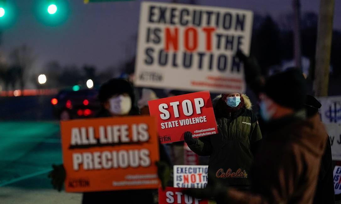 Ativistas que se opõem à pena de morte se reúnem para protestar contra a execução de Lisa Montgomery, que deve ser a primeira mulher condenada à morte pelo governo federal em quase 70 anos, em Terre Haute, Indiana, EUA Foto: BRYAN WOOLSTON / REUTERS