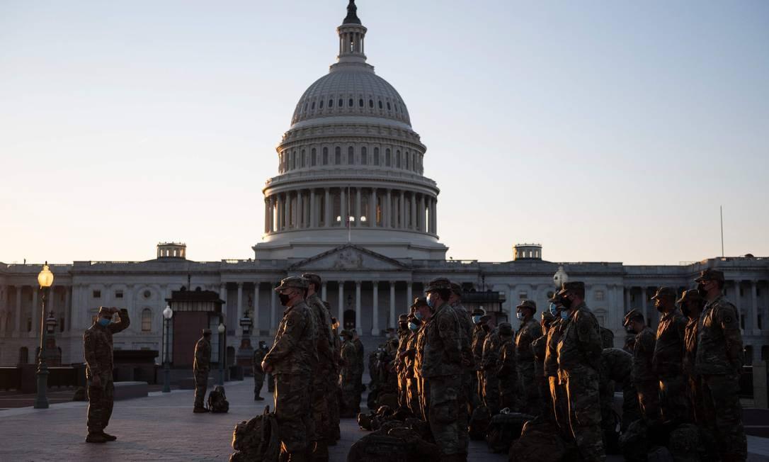 Membros da Guarda Nacional dos EUA chegam ao Capitólio em Washington. O Pentágono enviou cerca de 15 mil soldados da Guarda Nacional para proteger a posse de Biden em 20 de janeiro, em meio a temores de nova violência Foto: ANDREW CABALLERO-REYNOLDS / AFP