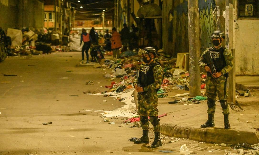 Polícia militar patrulha bairro Kenedy, em Bogotá. Metade da população de Bogotá – mais de quatro milhões de pessoas – estão sob lockdown até domingo, devido a forte aumento de infecções por coronavírus Foto: JUAN BARRETO / AFP