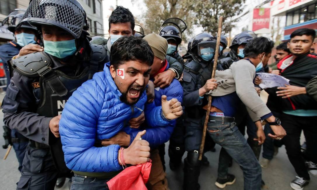 Manifestantes são detidos durante o protesto contra a dissolução do parlamento, em Katmandu, Nepal Foto: NAVESH CHITRAKAR / REUTERS