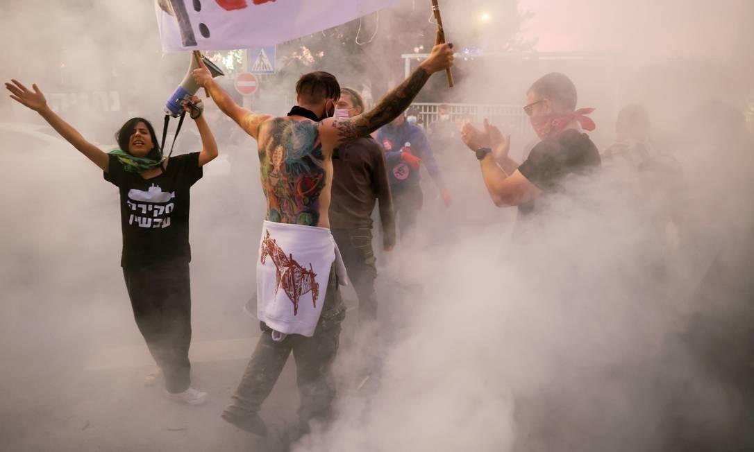 Israelenses protestam, em frente à casa do primeiro-ministro Benjamin Netanyahu, na capital Jerusalém. Manifestantes criticam o adiamento do julgamento em que ele é acusado de corrupção e pelo enfrentamento da crise do coronavírus (COVID-19), fora de sua residência em Jerusalém Foto: RONEN ZVULUN / REUTERS