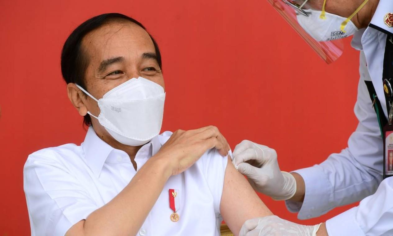 O presidente da Indonésia, Joko Widodo, recebe uma injeção da vacina contra Covid-19 no Palácio Merdeka em Jacarta, Indonésia Foto: Muchlis Jr/Presidential Palace / via REUTERS - 13/01/2021
